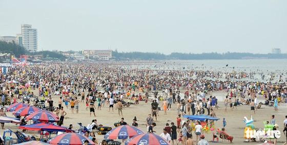 Rủ nhau vui lễ trên bãi biển - Ảnh 1.
