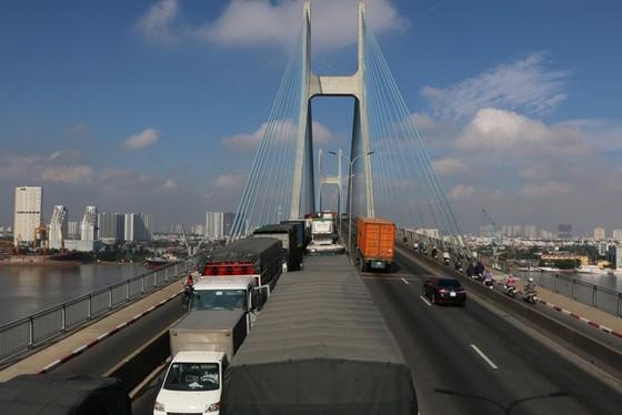 Tài xế bơ phờ trong dòng ôtô kẹt cứng trên cầu Phú Mỹ - Ảnh 6.