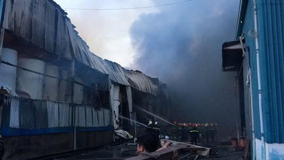 Hàng trăm chiến sĩ PCCC tham gia chữa cháy tại Khu công nghiệp Vĩnh Lộc ảnh 8