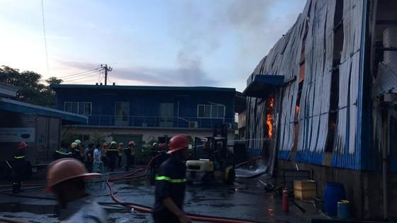 Hàng trăm chiến sĩ PCCC tham gia chữa cháy tại Khu công nghiệp Vĩnh Lộc ảnh 9