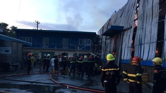 Hàng trăm chiến sĩ PCCC tham gia chữa cháy tại Khu công nghiệp Vĩnh Lộc ảnh 10