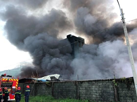 Hàng trăm chiến sĩ PCCC tham gia chữa cháy tại Khu công nghiệp Vĩnh Lộc ảnh 14