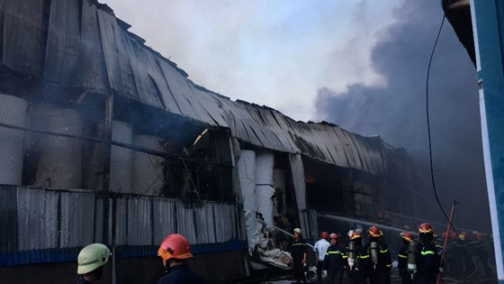 Hàng trăm chiến sĩ PCCC tham gia chữa cháy tại Khu công nghiệp Vĩnh Lộc ảnh 15