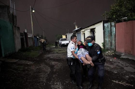 Hình ảnh tang thương khi núi lửa phun giết hàng chục người ở Guatemala - Ảnh 7.