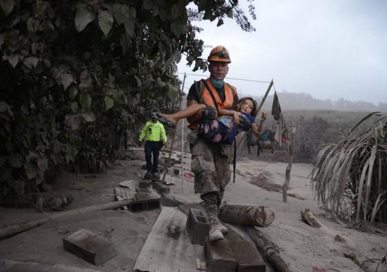 Hình ảnh tang thương khi núi lửa phun giết hàng chục người ở Guatemala - Ảnh 5.