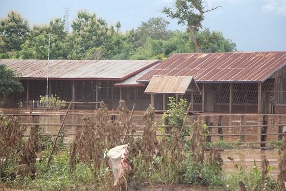 Bản làng xơ xác sau vụ vỡ đập thủy điện ở Lào ảnh 11