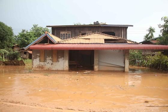 Bản làng xơ xác sau vụ vỡ đập thủy điện ở Lào ảnh 10