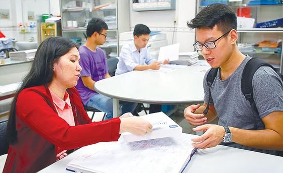 Điểm chuẩn nhiều trường đại học giảm kỷ lục ảnh 1