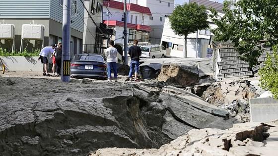 Động đất mạnh gây lở đất, mất điện trên diện rộng tại Nhật Bản ảnh 7