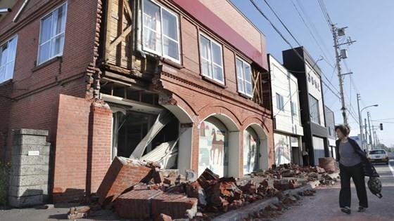 Động đất mạnh gây lở đất, mất điện trên diện rộng tại Nhật Bản ảnh 5