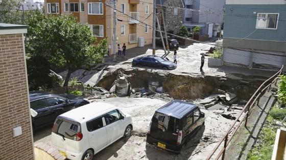 Động đất mạnh gây lở đất, mất điện trên diện rộng tại Nhật Bản ảnh 6