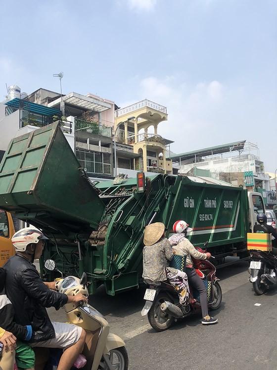 Xe ép rác mất vệ sinh và không an toàn ảnh 1