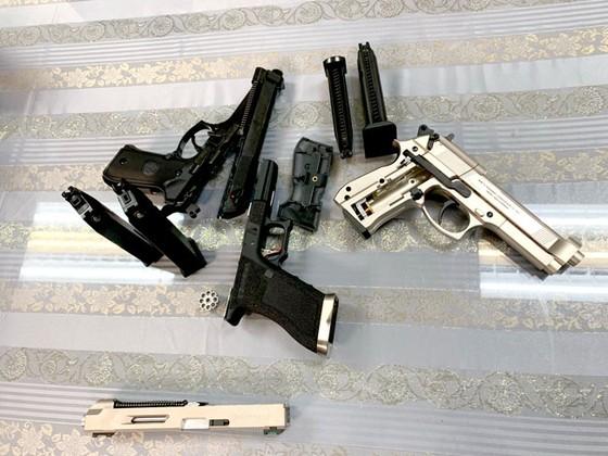 Bắt giữ hành khách mang 3 khẩu súng từ Pháp về Việt Nam ảnh 1