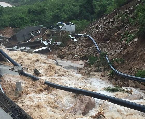 Nhiều tuyến đường huyết mạch ở tỉnh Khánh Hòa tan hoang sau mưa bão ảnh 4