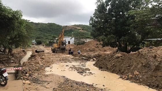 Nhiều tuyến đường huyết mạch ở tỉnh Khánh Hòa tan hoang sau mưa bão ảnh 14