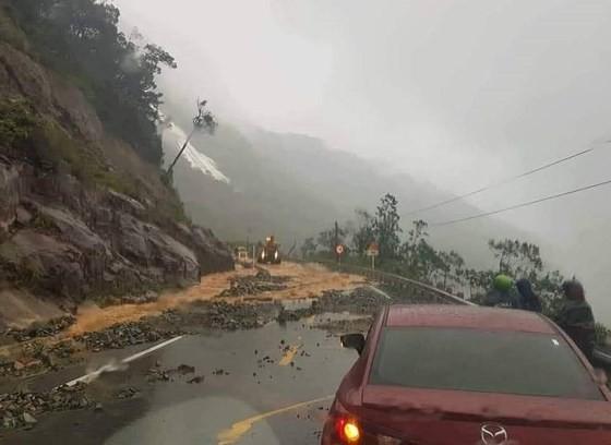 Nhiều tuyến đường huyết mạch ở tỉnh Khánh Hòa tan hoang sau mưa bão ảnh 3
