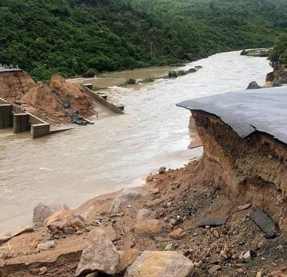 Nhiều tuyến đường huyết mạch ở tỉnh Khánh Hòa tan hoang sau mưa bão ảnh 7