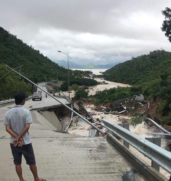 Nhiều tuyến đường huyết mạch ở tỉnh Khánh Hòa tan hoang sau mưa bão ảnh 8