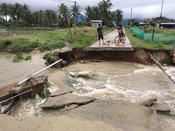 Nhiều tuyến đường huyết mạch ở tỉnh Khánh Hòa tan hoang sau mưa bão ảnh 9