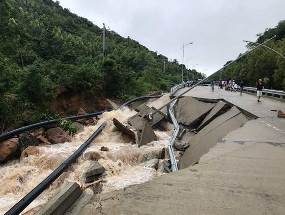 Nhiều tuyến đường huyết mạch ở tỉnh Khánh Hòa tan hoang sau mưa bão ảnh 10