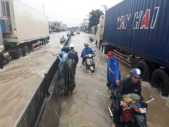 Nhiều tuyến đường huyết mạch ở tỉnh Khánh Hòa tan hoang sau mưa bão ảnh 12