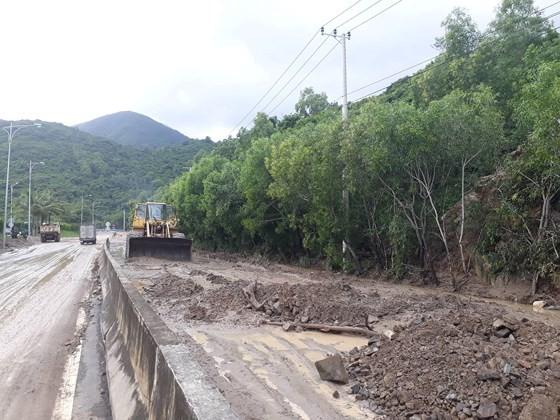 Nhiều tuyến đường huyết mạch ở tỉnh Khánh Hòa tan hoang sau mưa bão ảnh 17