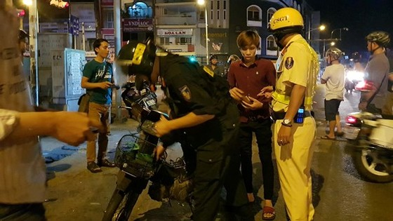 Lực lượng CSGT kiểm tra nhiều người có biểu hiện vi phạm. Ảnh: CHÍ THẠCH