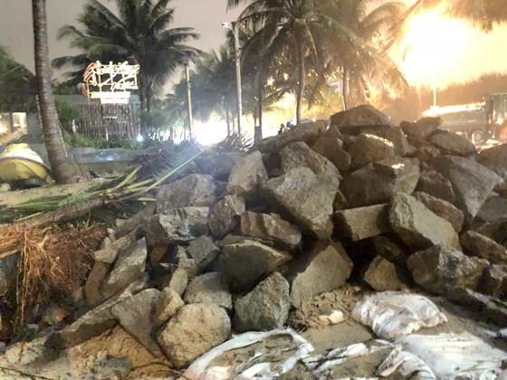 """Đà Nẵng: """"Đội"""" mưa lớn chở 50 khối đá """"cứu"""" cửa xả Mỹ An ảnh 1"""