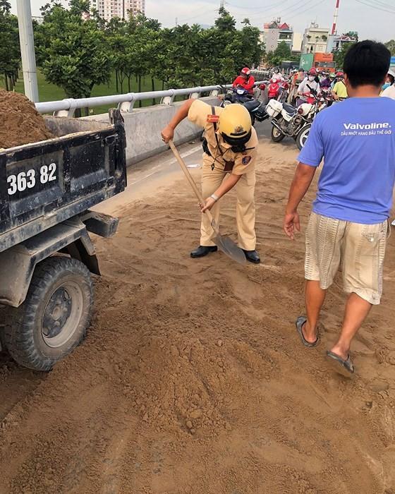 Cảnh sát giao thông - trật tự TPHCM dọn cát rơi trên đường ảnh 2