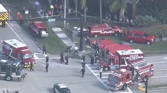 Cảnh sát phong tỏa hiện trường sau vụ xả súng tại Trường Marjory Stoneman Douglas ở thành phố Parkland, bang Florida.