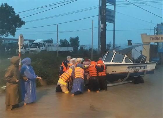 Gần 17.000 ngôi nhà ở Quảng Nam vẫn còn ngập trong nước ảnh 6