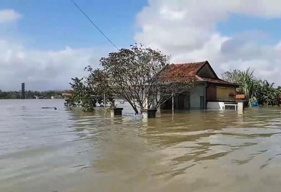 Gần 17.000 ngôi nhà ở Quảng Nam vẫn còn ngập trong nước ảnh 1