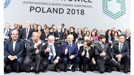 Đại diện các nước vui mừng sau khi đạt được sự thống nhất Chương trình nghị sự thực hiện Thỏa thuận Paris 2015