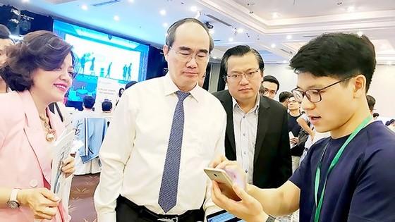 Bí thư Thành ủy TPHCM Nguyễn Thiện Nhân tham quan mô hình sáng tạo khởi nghiệp tại Ngày hội Khởi nghiệp Việt Nam năm 2018. Ảnh: KIỀU PHONG