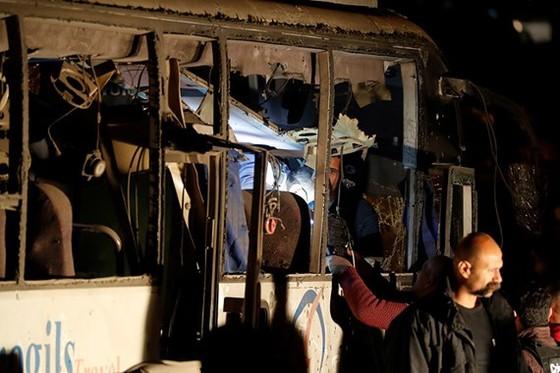 Chiếc xe chở du khách Việt bị phá hủy nghiêm trọng sau vụ đánh bom. Ảnh: REUTERS