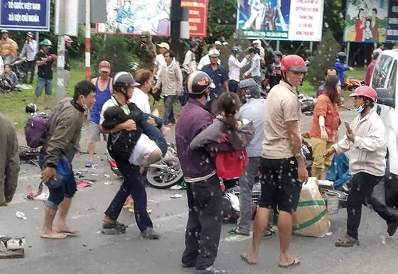 Xe đầu kéo tông hàng chục xe máy chờ đèn đỏ, nhiều người chết tại chỗ ảnh 4