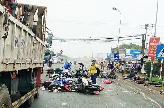 Xe đầu kéo tông hàng chục xe máy chờ đèn đỏ, nhiều người chết tại chỗ ảnh 3