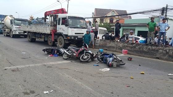 Xe đầu kéo tông hàng chục xe máy chờ đèn đỏ, nhiều người chết tại chỗ ảnh 1