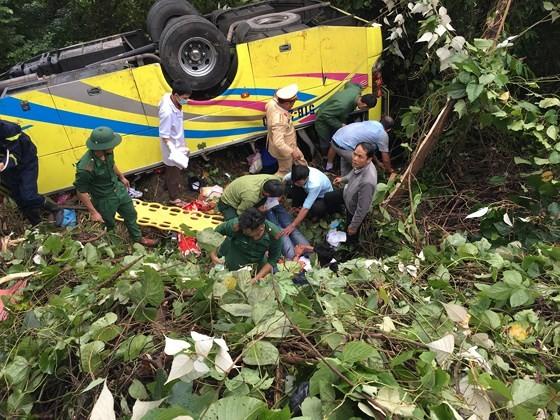 Xe khách chở 26 người rơi xuống vực đèo Hải Vân, đã có 1 người tử vong ảnh 14