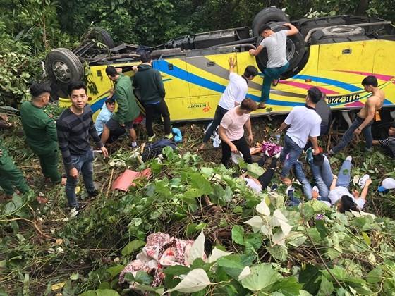 Xe khách chở 26 người rơi xuống vực đèo Hải Vân, đã có 1 người tử vong ảnh 18