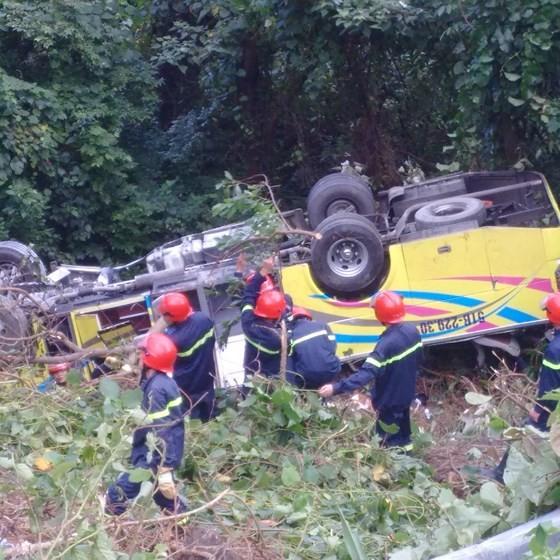 Xe khách chở 26 người rơi xuống vực đèo Hải Vân, đã có 1 người tử vong ảnh 23