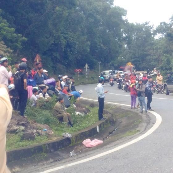 Xe khách chở 26 người rơi xuống vực đèo Hải Vân, đã có 1 người tử vong ảnh 25