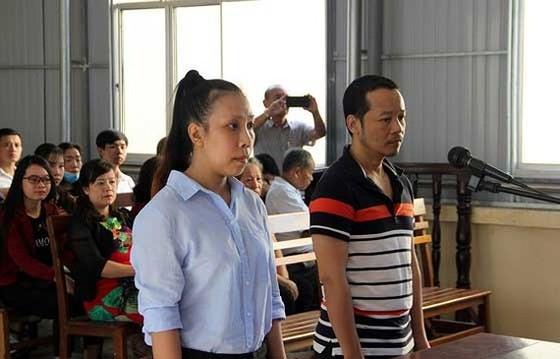 Bị cáo Uyển và bị cáo Hà tại phiên tòa