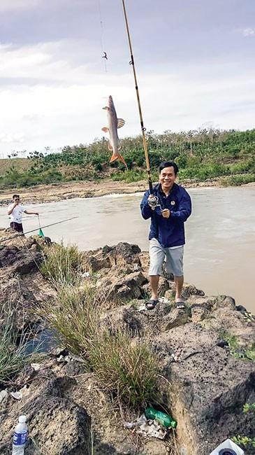 Thú săn cá ở thác hoang ảnh 1