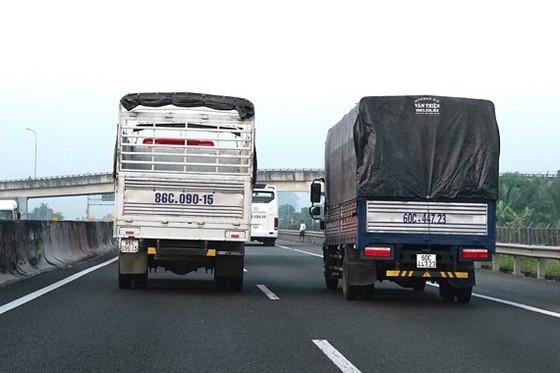 Xe lớn chạy chậm và chiếm cả hai làn đường trên đường cao tốc