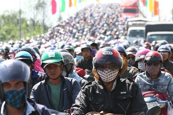 Người dân từ miền Tây đổ về TPHCM sau tết, quốc lộ 1A kẹt xe kinh hoàng hàng km ảnh 3