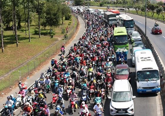 Người dân từ miền Tây đổ về TPHCM sau tết, quốc lộ 1A kẹt xe kinh hoàng hàng km ảnh 19