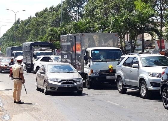 Người dân từ miền Tây đổ về TPHCM sau tết, quốc lộ 1A kẹt xe kinh hoàng hàng km ảnh 21