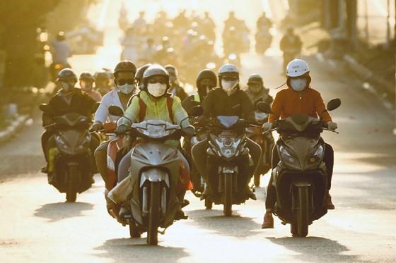Người dân từ miền Tây đổ về TPHCM sau tết, quốc lộ 1A kẹt xe kinh hoàng hàng km ảnh 13