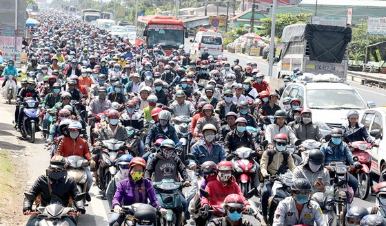 Người dân ùn ùn đổ về TPHCM, Hà Nội sau đợt nghỉ tết ảnh 1